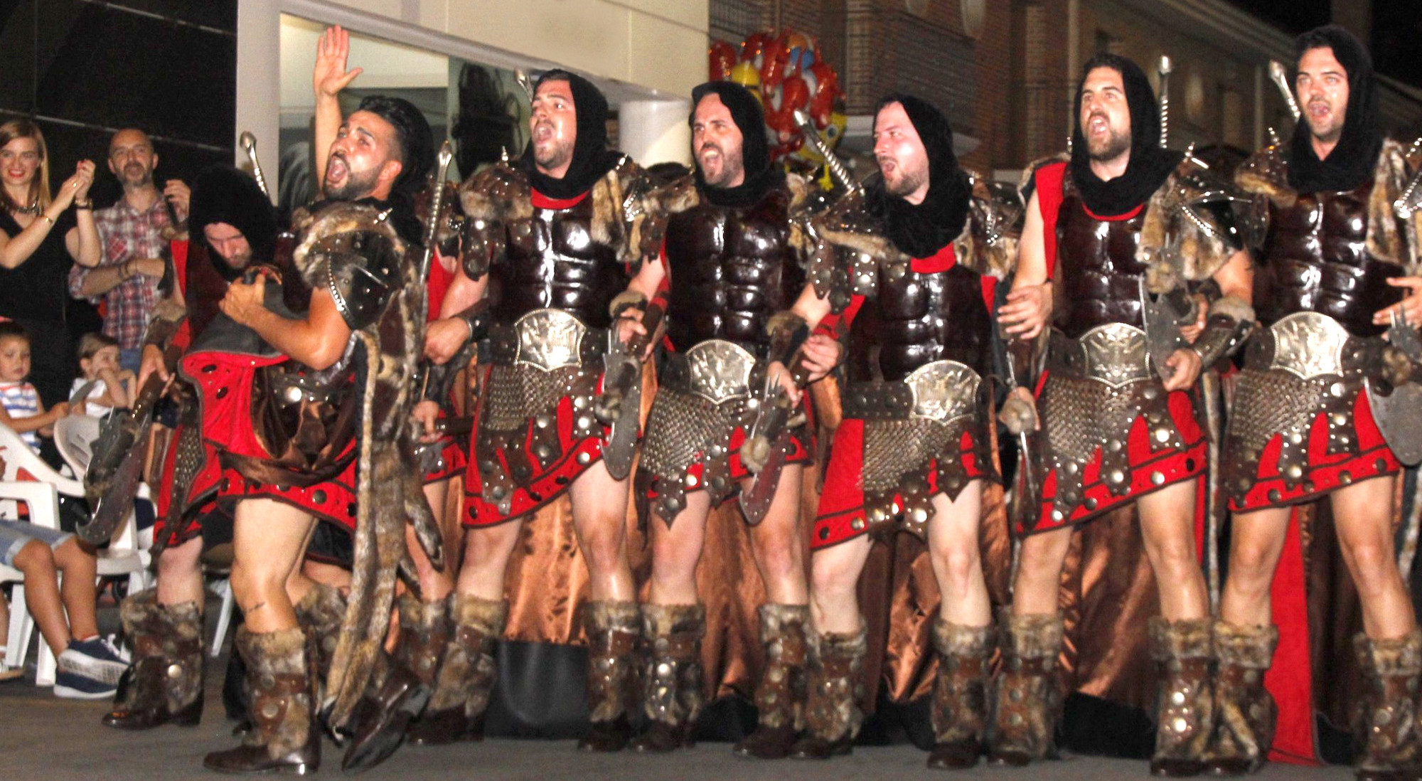Una fila de los Caballeros y Damas del Ampurdán