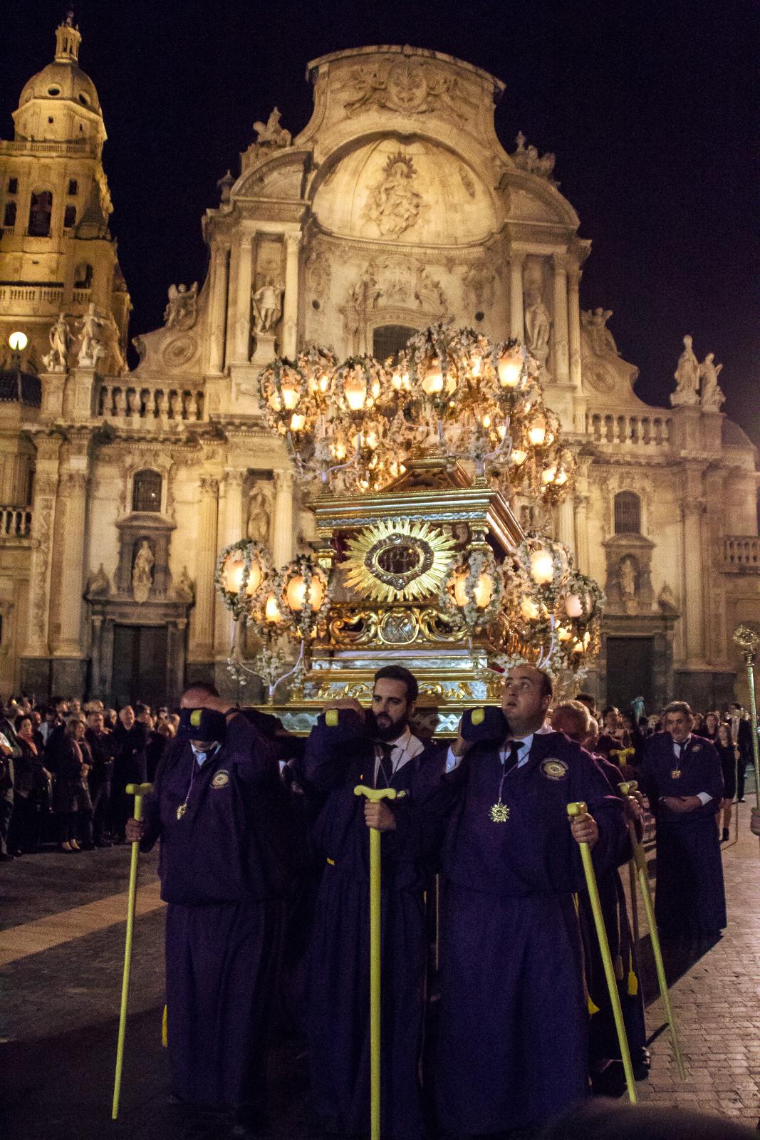 La Cama, desfilando por la plaza de Belluga, con la catedral al fondo (foto de Toni Cascales).