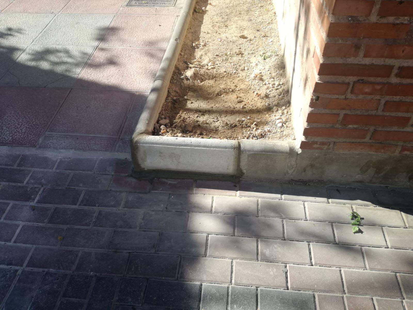 20190111 Bordillo roto plaza Ayuntamiento resuelto